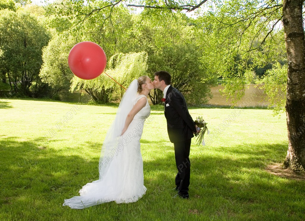 Les mariés et le gros ballon rouge