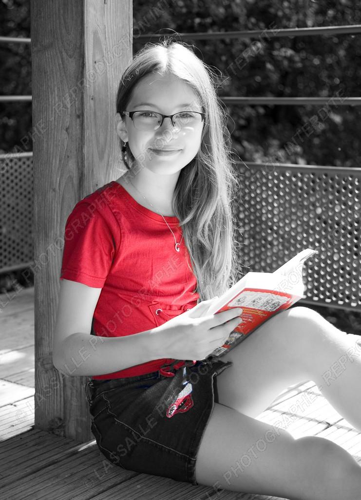Jeune fille en noir et blanc