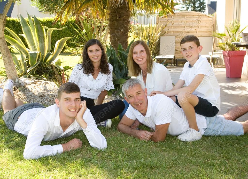 Famille sur la pelouse